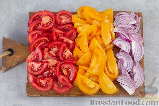 Фото приготовления рецепта: Салат из помидоров с красным луком и йогуртом - шаг №2
