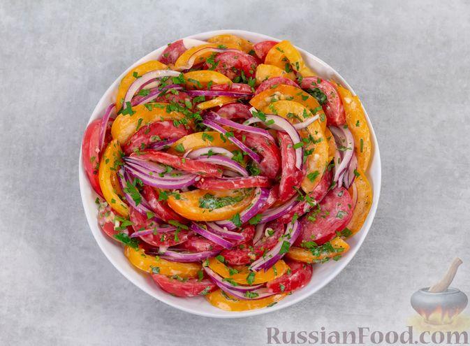 Фото приготовления рецепта: Салат из помидоров с красным луком и йогуртом - шаг №6