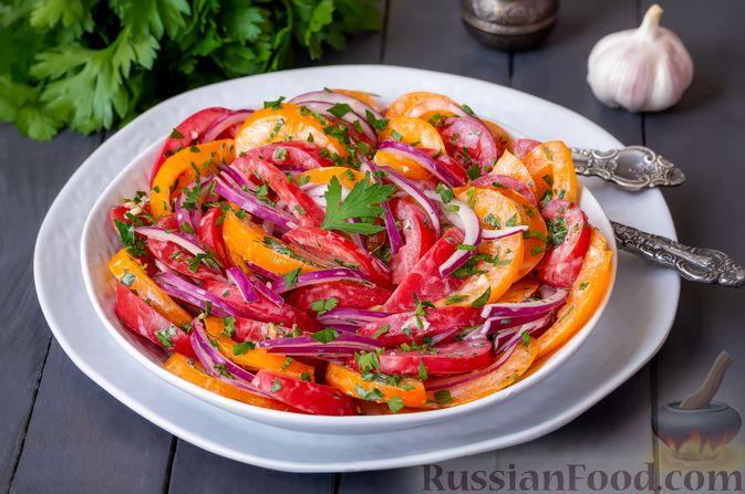 Фото приготовления рецепта: Салат из помидоров с красным луком и йогуртом - шаг №7