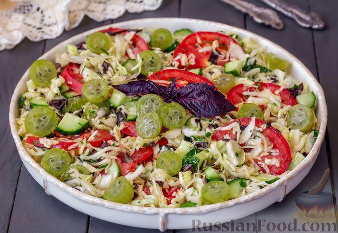 Фото приготовления рецепта: Капустный салат с крыжовником, помидором и огурцом - шаг №7