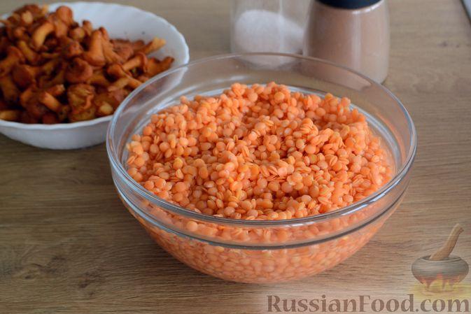 Фото приготовления рецепта: Суп с индейкой, лисичками и чечевицей - шаг №4