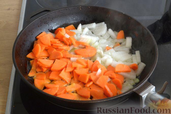 Фото приготовления рецепта: Суп с индейкой, лисичками и чечевицей - шаг №7