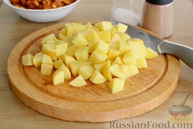 Фото приготовления рецепта: Суп с индейкой, лисичками и чечевицей - шаг №9