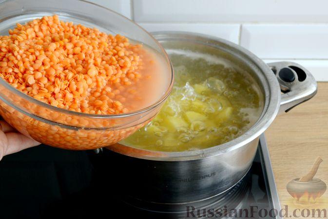 Фото приготовления рецепта: Суп с индейкой, лисичками и чечевицей - шаг №10