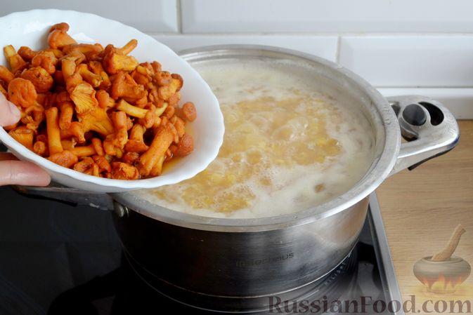 Фото приготовления рецепта: Суп с индейкой, лисичками и чечевицей - шаг №11
