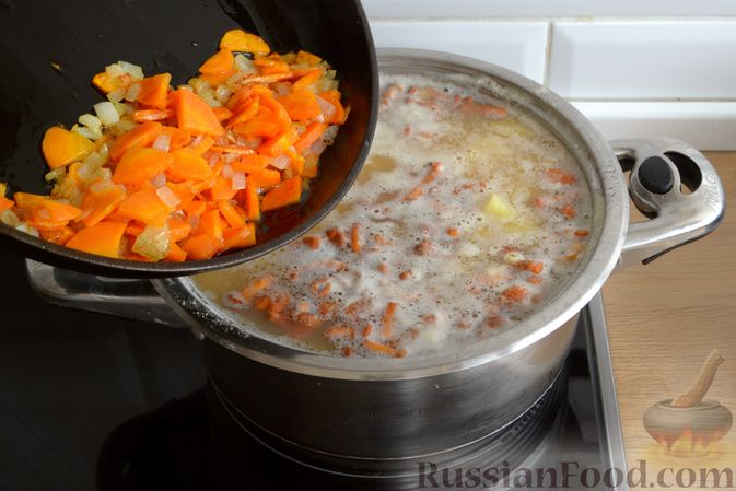 Фото приготовления рецепта: Суп с индейкой, лисичками и чечевицей - шаг №12