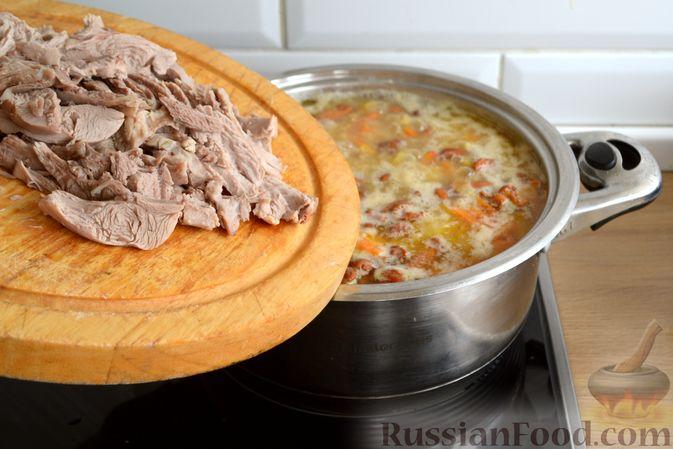 Фото приготовления рецепта: Суп с индейкой, лисичками и чечевицей - шаг №14