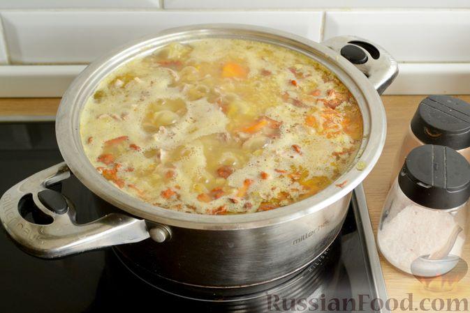 Фото приготовления рецепта: Суп с индейкой, лисичками и чечевицей - шаг №15