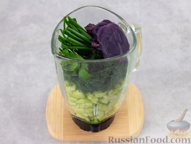 Фото приготовления рецепта: Холодный огуречный суп с йогуртом и кефиром - шаг №3