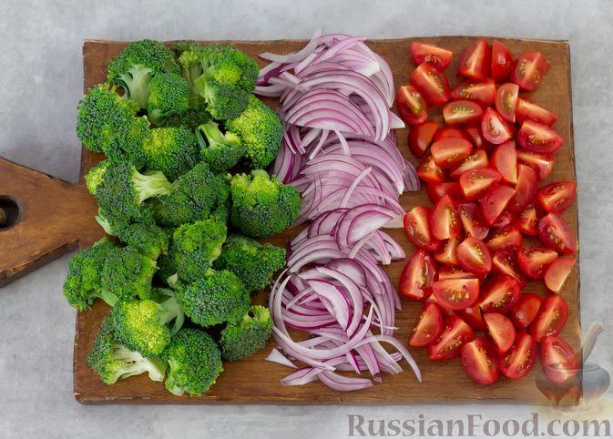 Фото приготовления рецепта: Салат с брокколи, помидорами, яйцами и луком - шаг №2