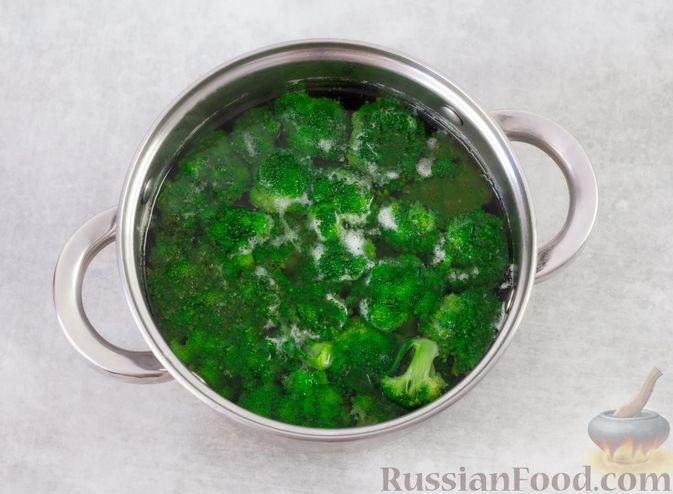 Фото приготовления рецепта: Салат с брокколи, помидорами, яйцами и луком - шаг №5