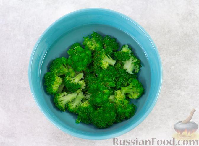 Фото приготовления рецепта: Салат с брокколи, помидорами, яйцами и луком - шаг №6