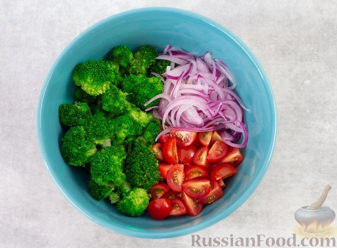 Фото приготовления рецепта: Салат с брокколи, помидорами, яйцами и луком - шаг №7