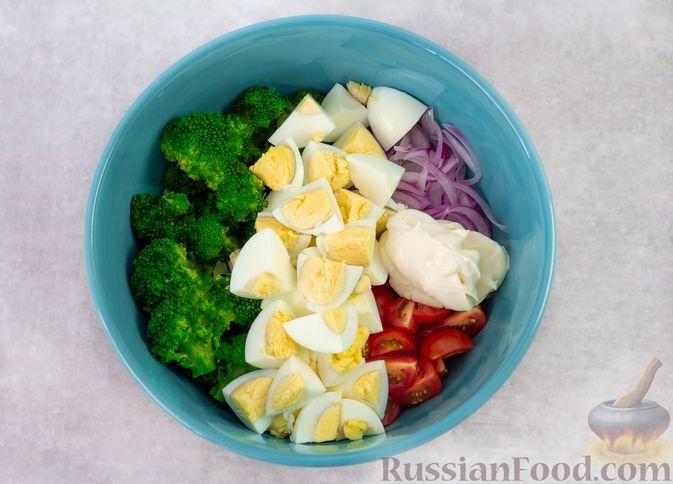 Фото приготовления рецепта: Салат с брокколи, помидорами, яйцами и луком - шаг №8