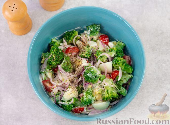 Фото приготовления рецепта: Салат с брокколи, помидорами, яйцами и луком - шаг №9