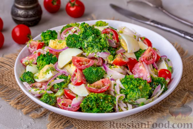 Фото приготовления рецепта: Салат с брокколи, помидорами, яйцами и луком - шаг №10
