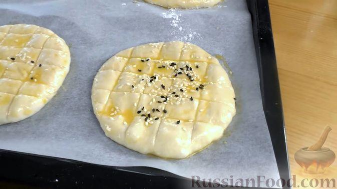 Фото приготовления рецепта: Лепёшки из дрожжевого теста, в духовке - шаг №8