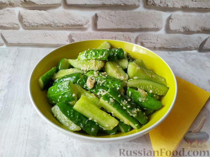 Фото к рецепту: Закуска из огурцов быстрого приготовления