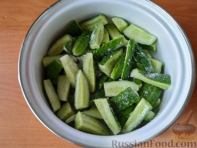 Фото приготовления рецепта: Закуска из огурцов быстрого приготовления - шаг №2