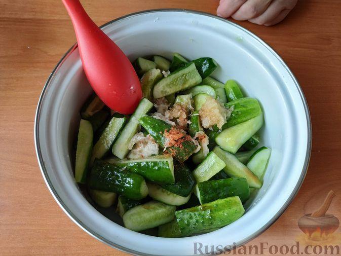 Фото приготовления рецепта: Закуска из огурцов быстрого приготовления - шаг №3