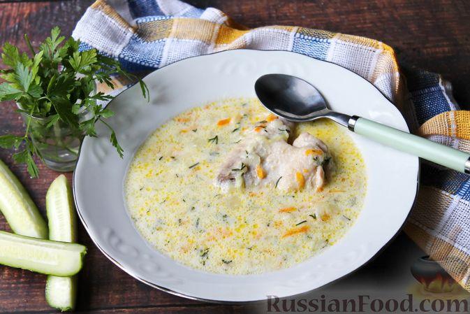 Фото к рецепту: Суп с куриными крылышками, свежими огурцами и сметаной