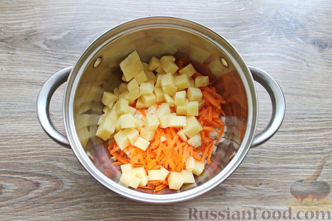 Фото приготовления рецепта: Суп с куриными крылышками, свежими огурцами и сметаной - шаг №4