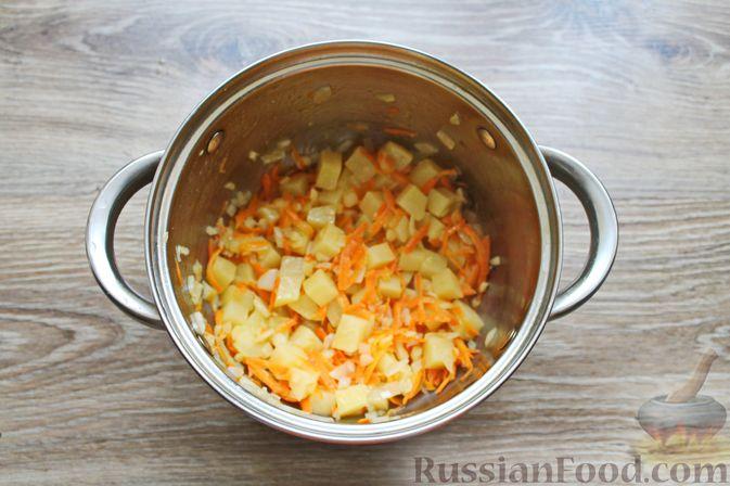 Фото приготовления рецепта: Суп с куриными крылышками, свежими огурцами и сметаной - шаг №6