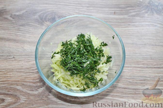 Фото приготовления рецепта: Суп с куриными крылышками, свежими огурцами и сметаной - шаг №11