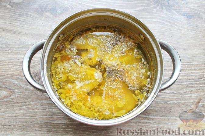 Фото приготовления рецепта: Суп с куриными крылышками, свежими огурцами и сметаной - шаг №9