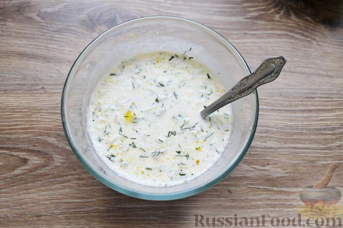 Фото приготовления рецепта: Суп с куриными крылышками, свежими огурцами и сметаной - шаг №15