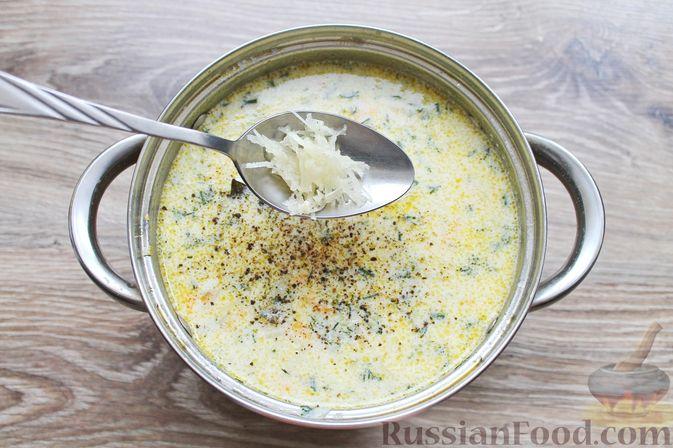 Фото приготовления рецепта: Суп с куриными крылышками, свежими огурцами и сметаной - шаг №17