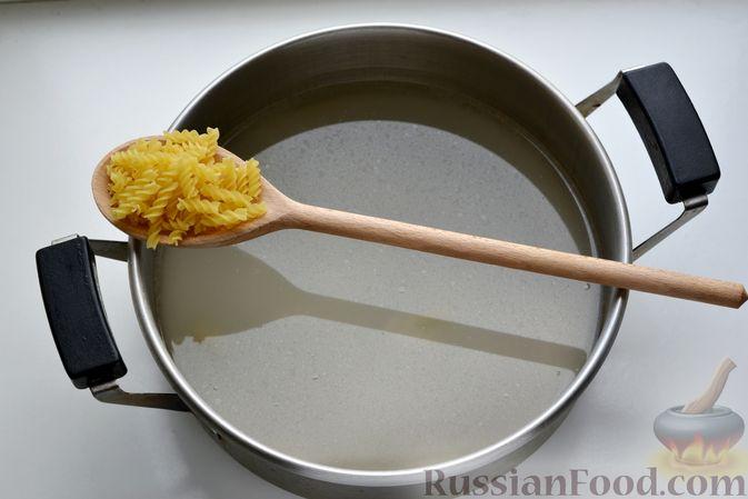 Фото приготовления рецепта: Куриный суп с макаронами, сметаной и яичными желтками - шаг №4