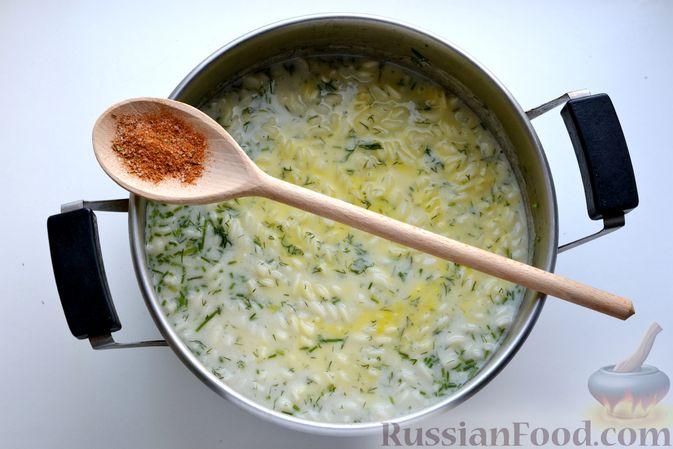 Фото приготовления рецепта: Куриный суп с макаронами, сметаной и яичными желтками - шаг №11