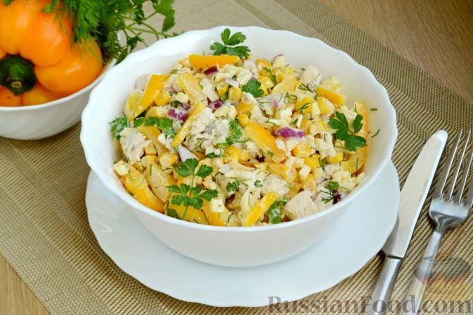 Фото к рецепту: Салат с курицей, болгарским перцем, кукурузой и сыром сулугуни