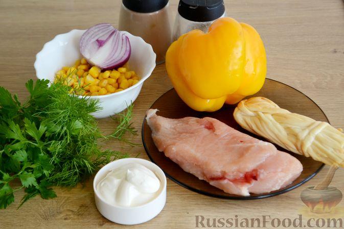 Фото приготовления рецепта: Салат с курицей, болгарским перцем, кукурузой и сыром сулугуни - шаг №1
