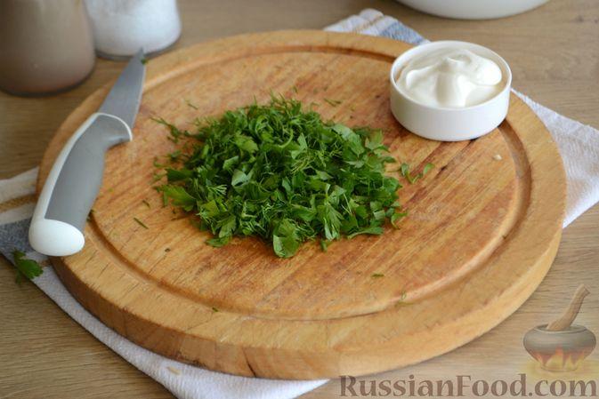 Фото приготовления рецепта: Салат с курицей, болгарским перцем, кукурузой и сыром сулугуни - шаг №5