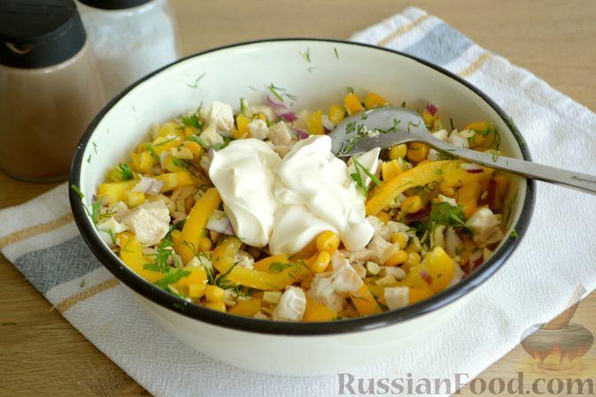 Фото приготовления рецепта: Салат с курицей, болгарским перцем, кукурузой и сыром сулугуни - шаг №9