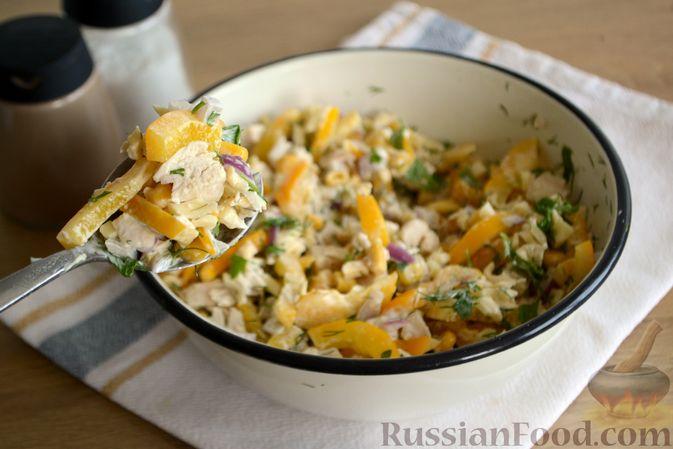 Фото приготовления рецепта: Салат с курицей, болгарским перцем, кукурузой и сыром сулугуни - шаг №10