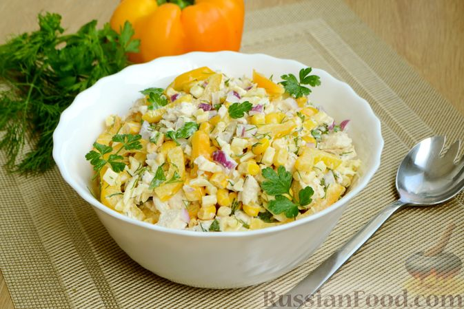 Фото приготовления рецепта: Салат с курицей, болгарским перцем, кукурузой и сыром сулугуни - шаг №11