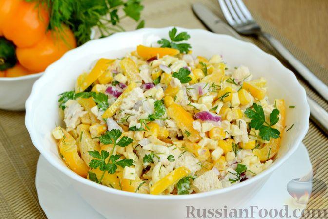 Фото приготовления рецепта: Салат с курицей, болгарским перцем, кукурузой и сыром сулугуни - шаг №12