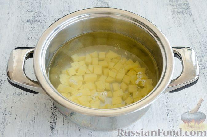 Фото приготовления рецепта: Суп с мясными фрикадельками, рисом и солёными огурцами - шаг №3