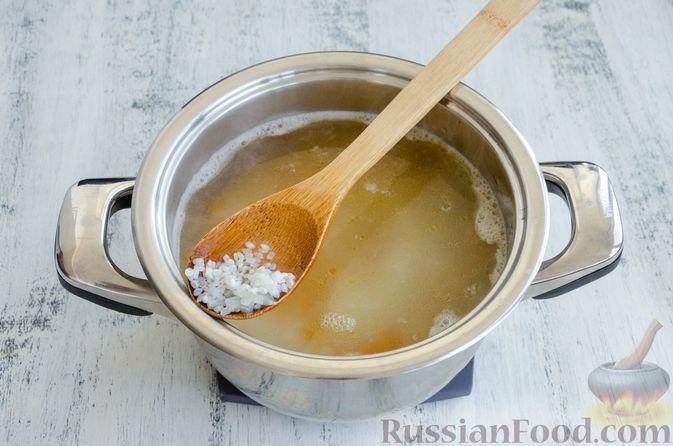 Фото приготовления рецепта: Суп с мясными фрикадельками, рисом и солёными огурцами - шаг №5