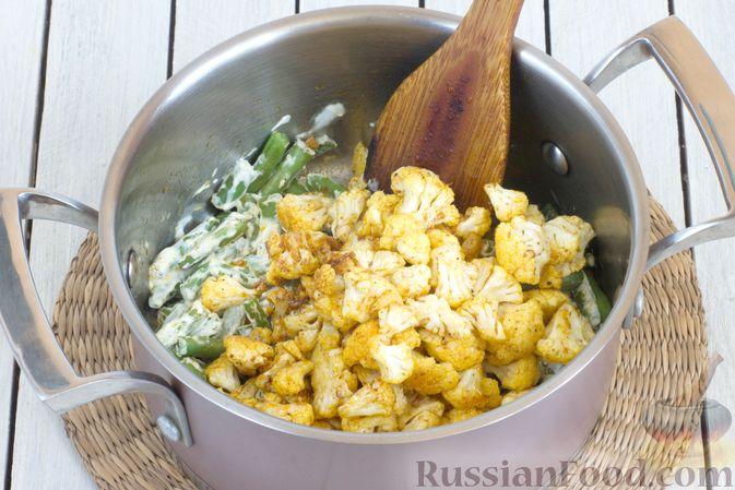 Фото приготовления рецепта: Овощной суп с цветной капустой, стручковой фасолью и адыгейским сыром - шаг №8
