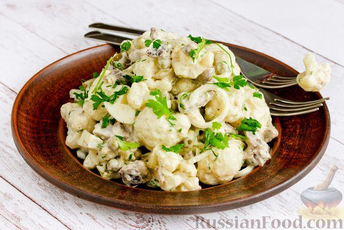 Фото к рецепту: Салат с говядиной, цветной капустой, зелёным горошком и маринованными огурцами