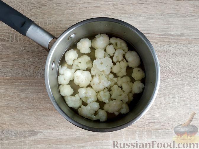 Фото приготовления рецепта: Салат с говядиной, цветной капустой, зелёным горошком и маринованными огурцами - шаг №5