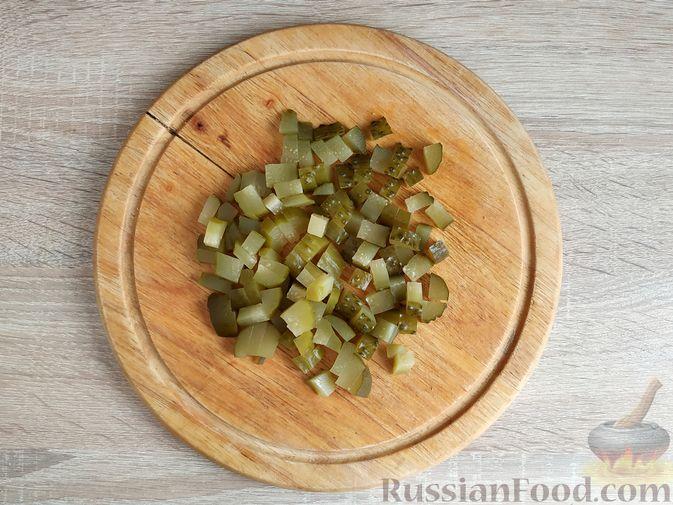 Фото приготовления рецепта: Салат с говядиной, цветной капустой, зелёным горошком и маринованными огурцами - шаг №9