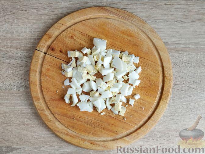 Фото приготовления рецепта: Салат с говядиной, цветной капустой, зелёным горошком и маринованными огурцами - шаг №7