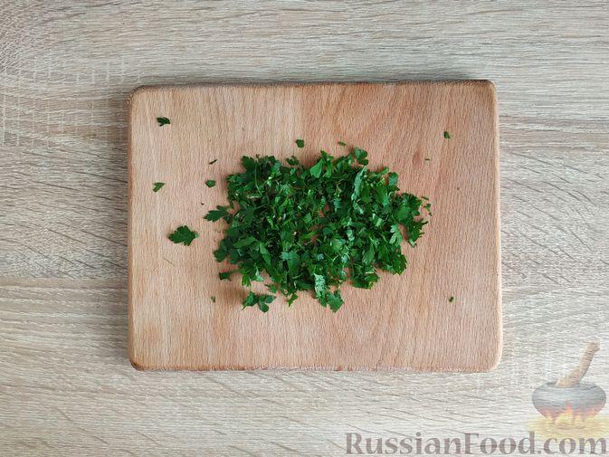 Фото приготовления рецепта: Салат с говядиной, цветной капустой, зелёным горошком и маринованными огурцами - шаг №12