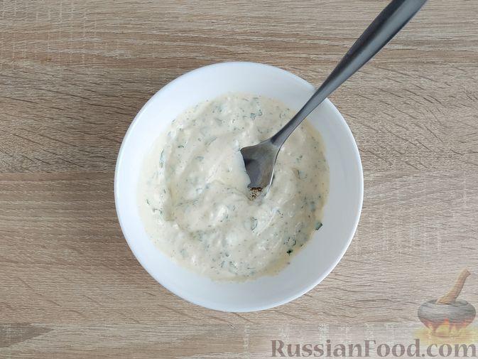 Фото приготовления рецепта: Салат с говядиной, цветной капустой, зелёным горошком и маринованными огурцами - шаг №14