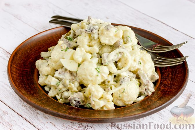 Фото приготовления рецепта: Салат с говядиной, цветной капустой, зелёным горошком и маринованными огурцами - шаг №17